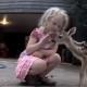 Новорожденный олененок думает, что эта девочка – его мама