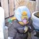 Макака в детском комбинезоне обходит свое хозяйство