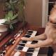 Посмотрите, как эта талантливая собака играет на пианино