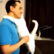 Кошка любит обниматься с хозяином