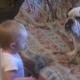Ребенок ругает бульдога, но реакция собаки стоит похвалы!