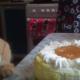 Кошка Лиза добралась до тортика!