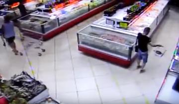 Мужчина был шокирован, когда рыба сама запрыгнула ему в продуктовую корзину!