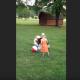 Девочка бросила индюку мяч. Что он с ним сделает?