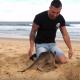 Австралиец играет со своим маленьким питомцем