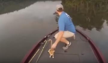 Этот парень поймал действительно необычный «улов» на рыбалке!