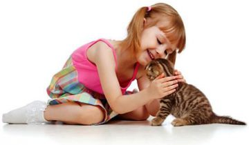 Маленькая девочка нашла общий язык с котом!