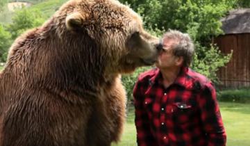 Потрясающие взаимоотношения человека и медведя!