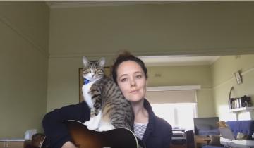 Кот «помогает» хозяйке