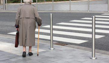 Старушка поставила нахала на место. Впредь будет уважать пожилых!