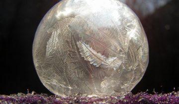 Удивительное зрелище: как замерзает мыльный пузырь