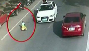 Ребенок выехал на оживленную дорогу на игрушечном авто