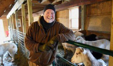 Зажигательный танец перед козами: фермер из США стал звездой интернета