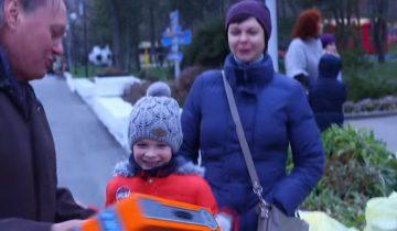 Деткам дарят подарки на улице: посмотрите на их реакцию!