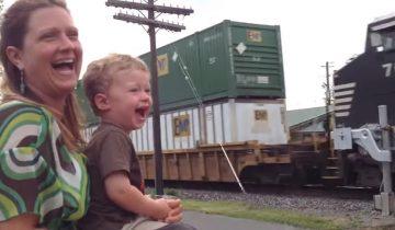 Мальчик впервые увидел, как папа ведет поезд: 4,5 млн просмотров