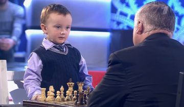 Маленький шахматист вступил в поединок с Карповым. 2,7 млн просмотров