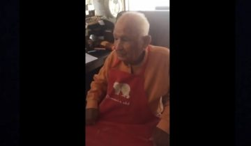 105-летний дедушка впервые берет на руки младенца