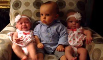 Очаровательный малыш впервые видит двойню: 27 млн просмотров