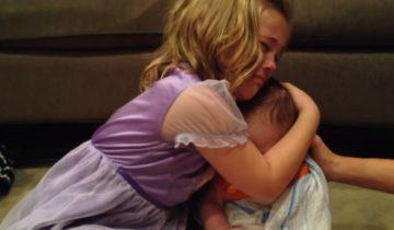 Малышка не хочет, чтобы ее братик вырос