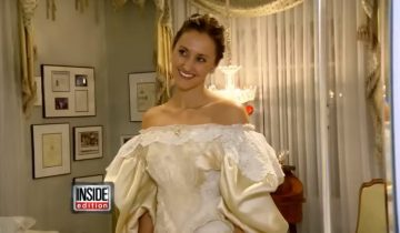 Вы думаете, что на этой невесте просто эффектное платье под старину?