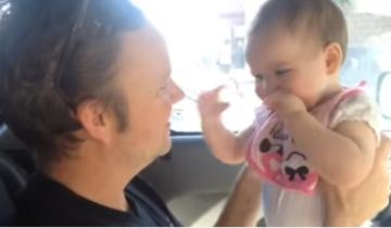 Малышка и папины поцелуи: неповторимая реакция