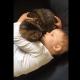 Малышка рассказывает кошке о своих чувствах