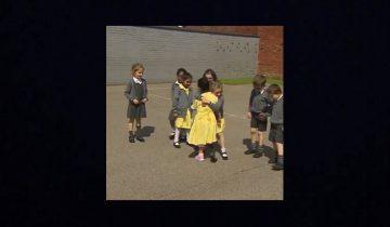 Семилетняя девочка стеснялась прийти в школу из-за протеза