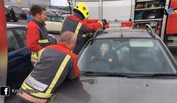 Малыш закрылся в машине: пока 5 пожарников его спасали, он не переставал улыбаться