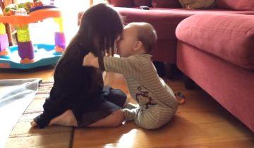 Бесценные мгновения: братик с сестричкой демонстрируют любовь друг к другу