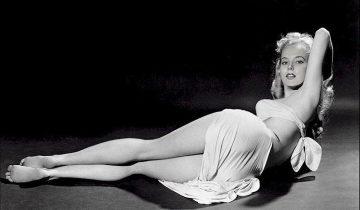 Бетти Бросмер: легендарная обладательница осиной талии (9 фото)