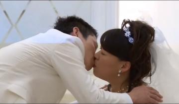 С первого взгляда это просто пара влюбленных, играющих свадьбу