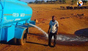 Каждый день он ездит часами, чтобы развезти воду диким животным