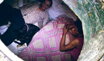 22 года влюбленные живут в канализационной трубе. Они счастливы вместе!