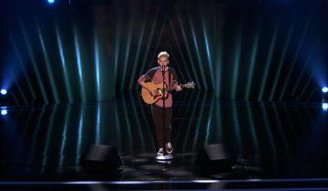 Скромный паренек с гитарой рискнул спеть нестандартную авторскую песню