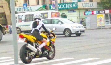 Челябинская школьница отправилась в школу… на мотоцикле
