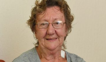 На эту бабушку напали трое грабителей у банкомата