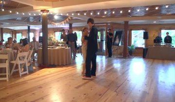 Мама с сыном вышли, чтобы исполнить свадебный танец