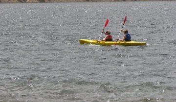 Подростки плыли на байдарке, когда увидели на воде странный мешок