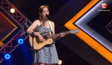 Девушка с гитарой в скромном платье всех погрузила в транс (1,5 млн просмотров)