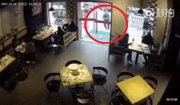 Курьер пришел за едой в ресторан, а остался… с ручкой