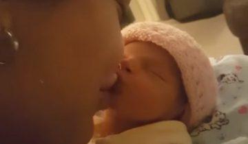Мама целует младенца, а тот выдает такую реакцию