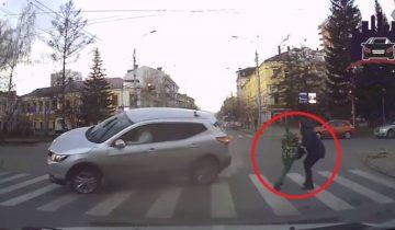 Авария на перекрестке: машина чудом не влетела в маму с ребенком