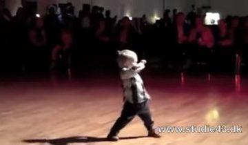 В 2 годика мальчуган стал признанным королем паркета