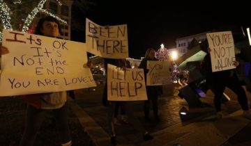 В США очевидцы помогли предупредить самоубийство песнями и плакатами