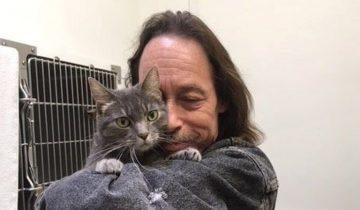 Он спас ее, когда сосед выкинул кошку из окна. А потом чуть не потерял в страшном пожаре