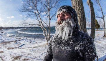 Американский серфер прославился заплывами в мороз