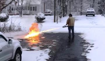 Американец не любит чистить снег лопатой. Поэтому взял… огнемет