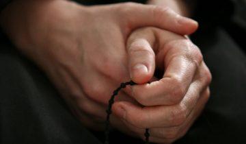Монахиня молила всех святых, чтобы кто-то спас эту странную парочку