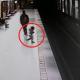 Малыш побежал к краю платформы и упал. Приближался поезд метро…