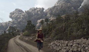 Извержение вулкана в Индонезии: и завораживает, и страшит